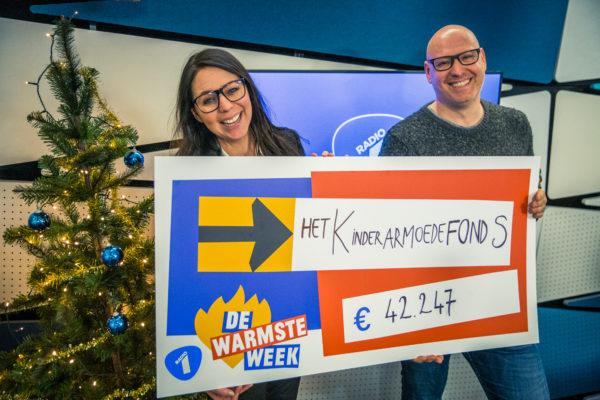 Radio 1 overhandigt cheque van €42.247 aan Kristel Verbeke, ambassadeur Kinderarmoedefonds