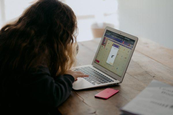 Gezocht-laptops voor kansarme leerlingen